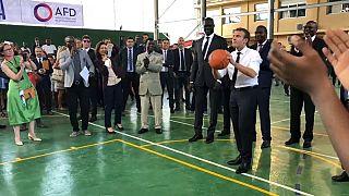 Macron : opération séduction sur un terrain de basket au Nigeria