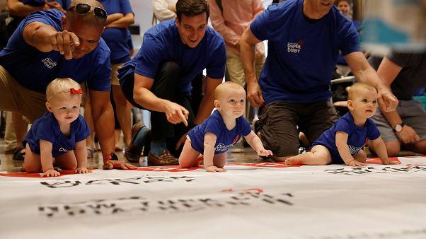 """Niños pequeños participan en una carrera """"a gatas"""" en Nueva York"""
