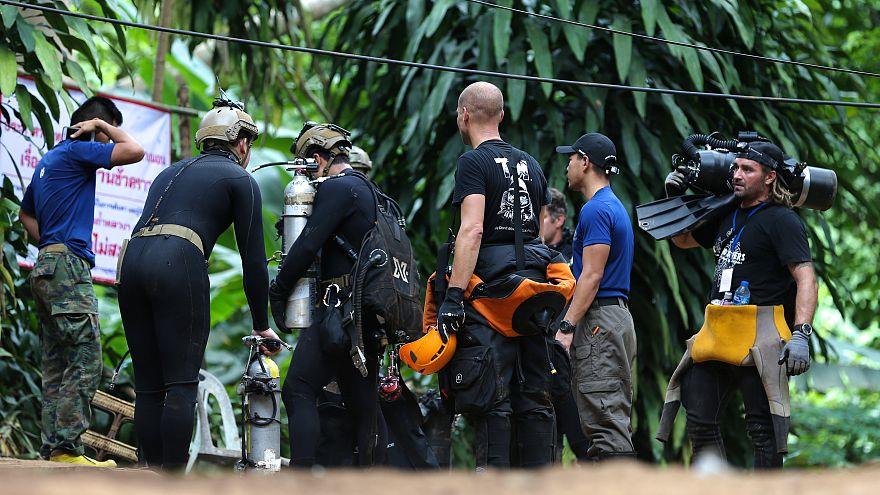 Megfulladt a barlangban rekedt fiataloknak oxigént szállító búvár