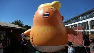 منطاد الهيليوم على يصور دونالد ترامب على هيئة رضيع برتقالي