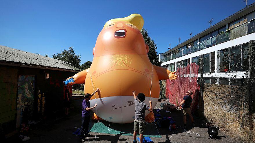 Óriási felfújható Trump-baba reptetésével várják az amerikai elnököt Londonban