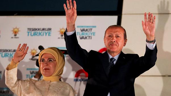 الرئيس التركي رجب طيب إردوغان وزوجته يوجهات التحية لأنصاره