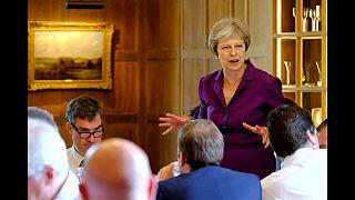 """Theresa May consigue que su Gobierno apruebe su """"brexit blando"""""""