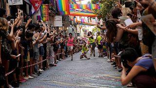 Madrid sokaklarında yüksek topuklu ayakkabılarla yarıştılar
