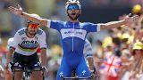El colombiano Fernando Gaviria se endosa el maillot amarillo en la primera etapa del Tour de Francia