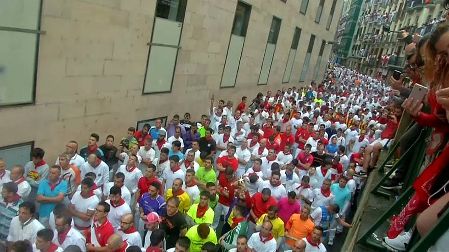 شاهد: مهرجان بامبلونا الإسبانية ينطلق بسباق للثيران