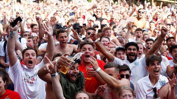 Ingleses festejam vitória sobre a Suécia