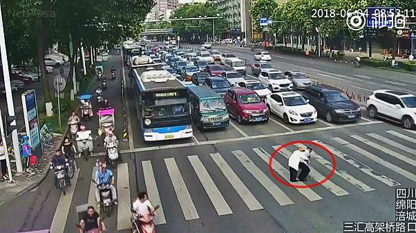 بهدوش کشیدن مرد سالخورده توسط پلیس راهنمایی چین