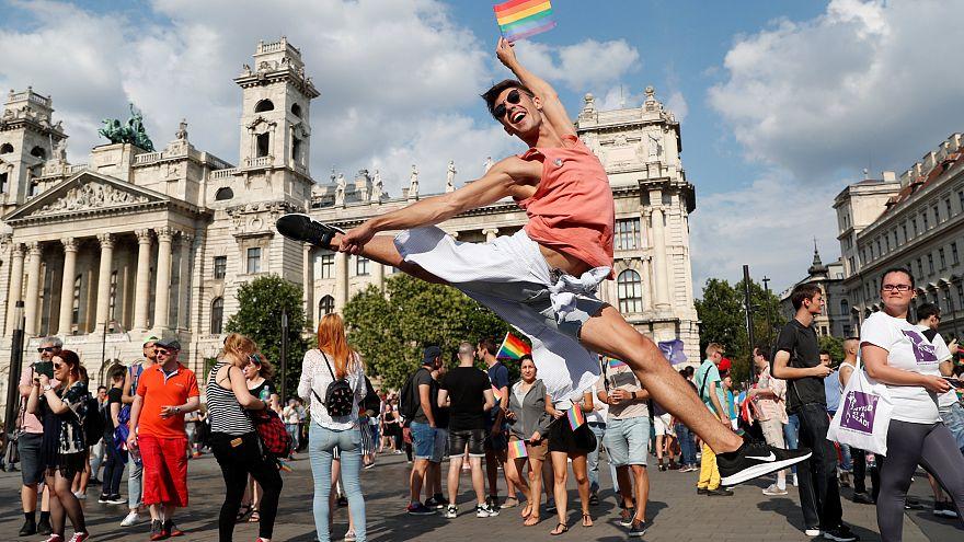"""شاهد: مسيرة """"فخر المثلية"""" تطوف شوارع العاصمة المجرية"""