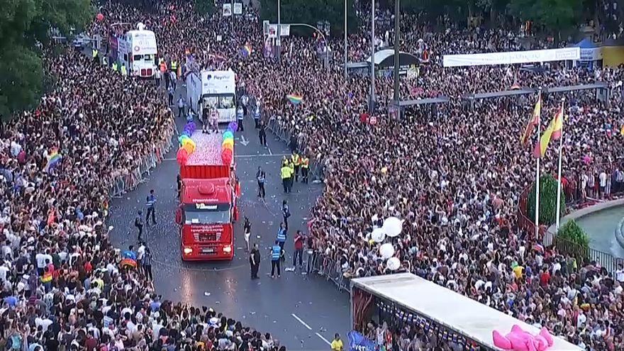 """شاهد: مسيرة """"فخر المثلية"""" تجوب شوارع مدريد وسط أجواء احتفالية"""