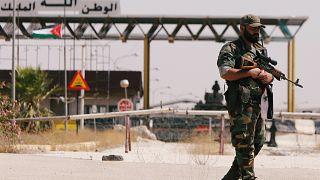 Ein syrischer Soldat steht vor dem Nasib-Grenzübergang zu Jordanien