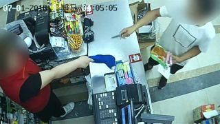 Hős pénztárosnő fogta el a bolti rablót