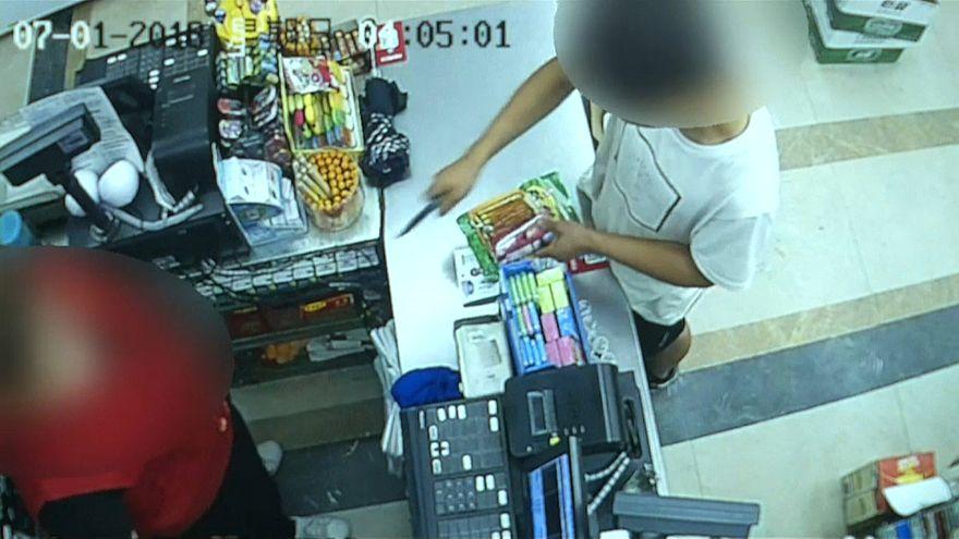 شاهد: بائعة شجاعة تحبط سرقة متجرها وتتسبب بالقبض على اللص