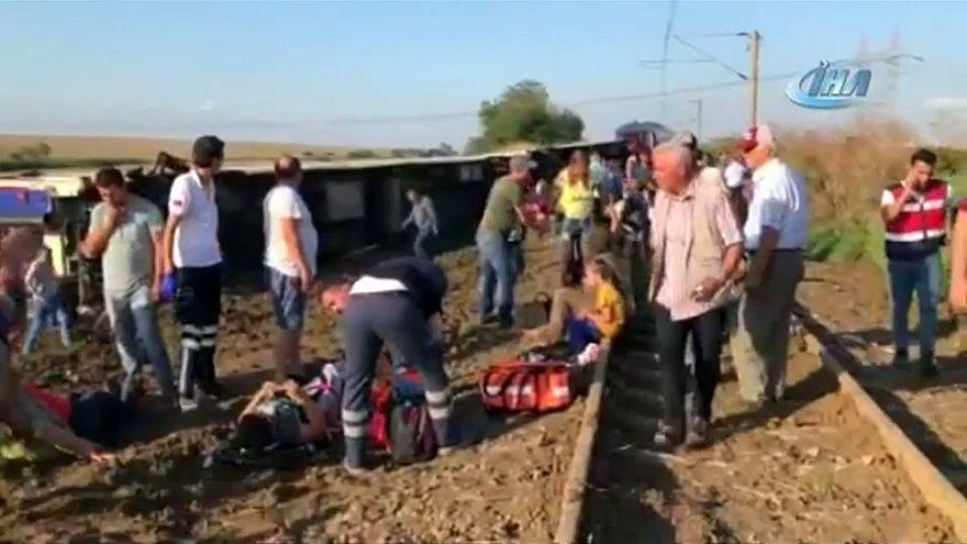 عشرات القتلى والجرحى بعد خروج قطار عن مساره في تركيا