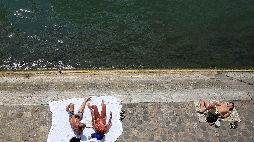 """الفرنسيون يلجاون إلى """"شاطىء باريس"""" للاستمتاع بحمامات الشمس"""