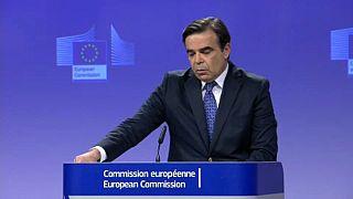 Bruselas lamenta que el Brexit no se vaya con las dimisiones