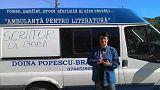 """صورة لبرايلا أمام شاحنتها وكتب عليها """"كاتبة على متن"""" الشاحنة"""