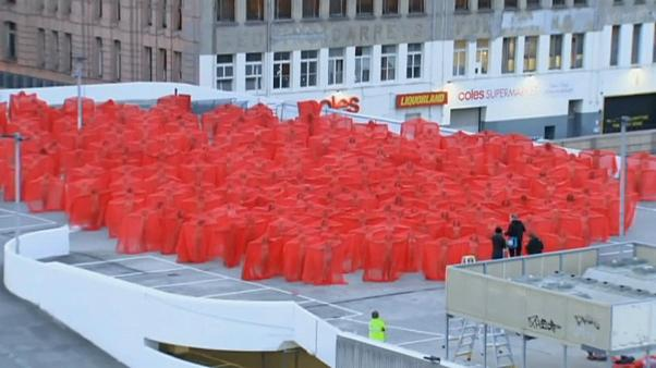 Melbourne: nudi in rosso per posare per Spencer Tunick