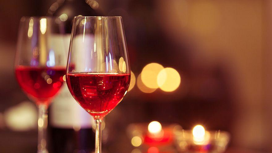 ملايين قوارير النبيذ الإسباني تباع بعلامة النبيذ الوردي الفرنسي