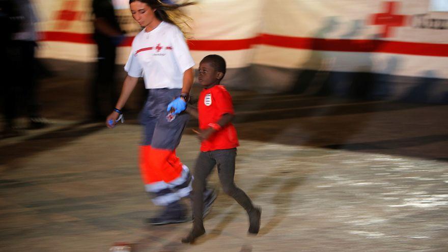 طفل مهاجر تم انقاذهم من قبل الصليب الأحمر الاسباني