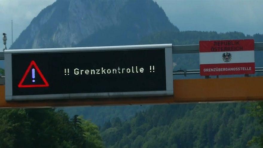 """LED-Tafel """"Grenzkontrolle"""", daneben österreichische Flagge"""