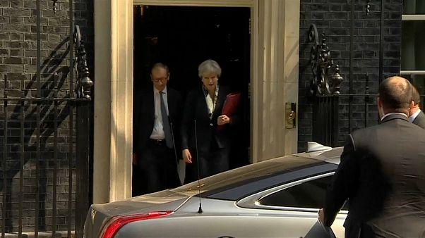 Brexit: Theresa May resiste, nonostante le dimissioni dei Ministri