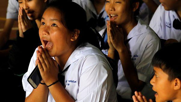 Compañeros de clase después de que su maestro anunciara el rescate