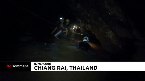 Tailandia: dentro la grotta-prigione dei piccoli calciatori