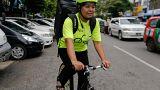 Paris : les livreurs de repas à vélo en grève pour la fin du Mondial!