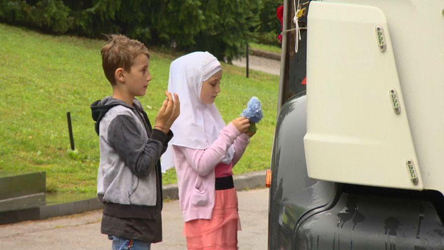 طفلان يقرآن الفاتحة على أرواح الضحايا