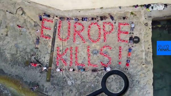 Activistas escriben «Europa mata» con la ayuda de salvavidas tras la confiscación del Lifeline