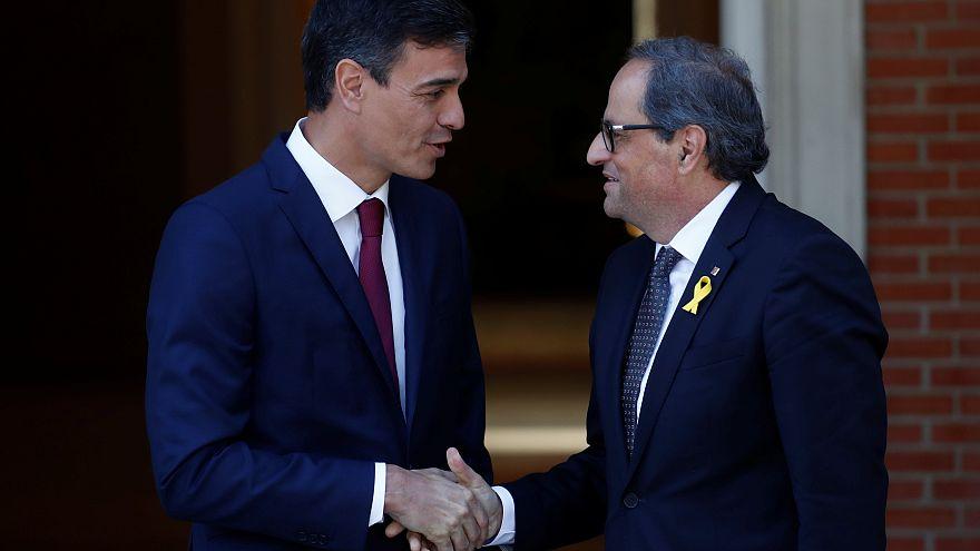 Espagne : Pedro Sanchez et Quim Torra se serrent la main