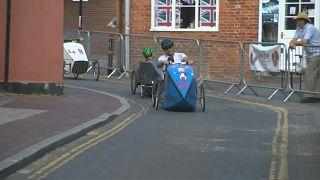"""شاهد: سباق غريب لسيارات """"دواسة"""" في بلدة بريطانية"""