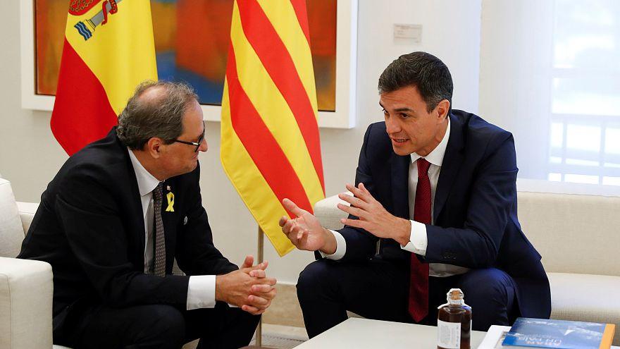 Pedro Sánchez (j) spanyol elnök fogadta Quim Torra (b) katalán vezetőt