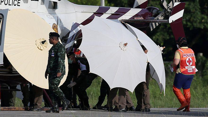 Los niños rescatados son trasladados en un helicóptero.