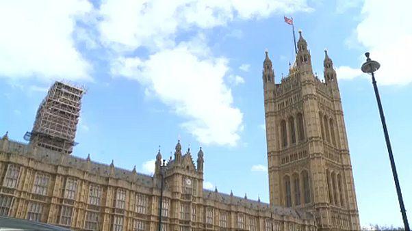 Brit belpolitika válság közben