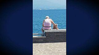 پیرمرد ایتالیایی هر بامداد با عکسی از همسرش به دریا میرود