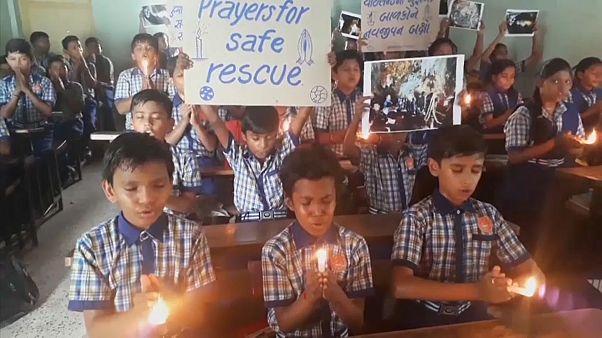 Des écoliers indiens prient pour les enfants thaïlandais bloqués dans la grotte