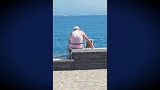 Este italiano va al mar todos los días con el retrato de su difunta esposa