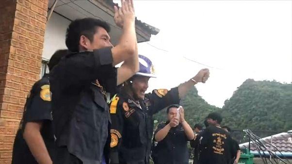 Volontari thailandesi esultano per il salvataggio dei giovani calciatori