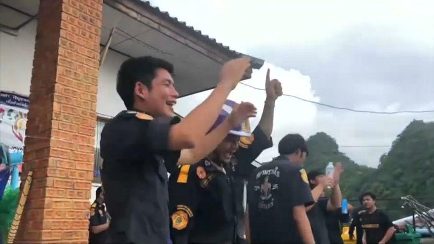 Helfer der Rettungsaktion feiern in Thailand