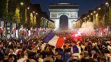Miles de aficionados franceses en los Campos Elíseos de París