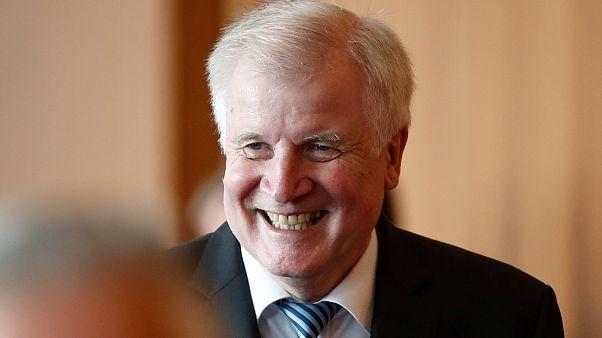 وزير الداخلية الألماني يتفاخر بترحيل 69 مهاجرا في عيد مولده ال69
