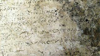صورة لمقتطف محفور على لوحة طينية من قصيدة الأوديسة - رويترز.