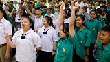 Professores e alunos aplaudem crianças resgatadas