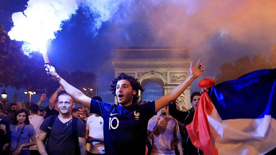 Les Français célèbrent la victoire de leur équipe en demi-finale du Mondial de football
