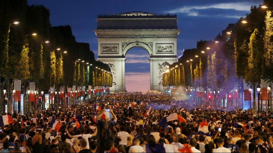 جشن و پایکوبی هواداران تیم فرانسه در پاریس
