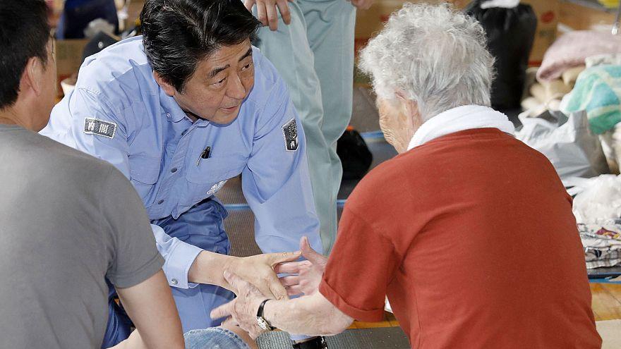Shinzo Abe visitou as áreas mais atingidas pelas chuvas torrenciais
