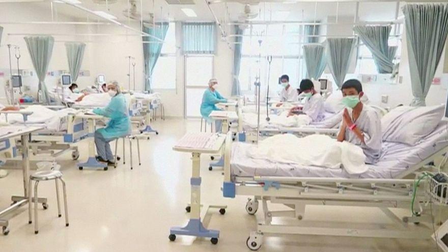 شاهد: أطفال الكهف التايلانديين تحت إشراف الأطباء في المستشفى