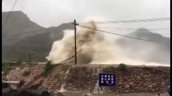طوفان سهمگین در چین خودروها را از جا کند و ساختمانها را در هم کوبید